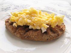 How to eat: Karelian Pie with egg butter (Photo credit : Jannika Saarinen / www.mediastudioidea.com)