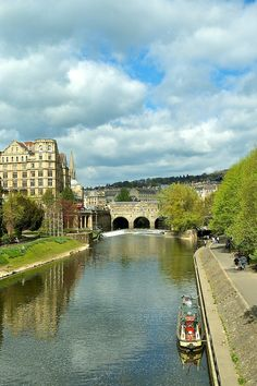 Pulteney Bridge on the Avon, Bath, Somerset, England