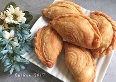 Pastel Singapur (Karipap) by Opi Bun Pastel, Snack Recipes, Snacks, Indonesian Food, Opi, Hot Dog Buns, Curry, Food And Drink, Chips
