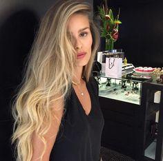 Deslumbrante Yasmin Brunet ondas de sereia MG Hair Design Blonde Balayage, Blonde Hair, Dream Hair, How To Make Hair, Poses, Hairstyles Haircuts, Hair Goals, New Hair, Hair Inspiration