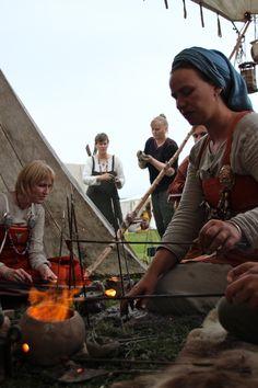 Hatten er av og kan ikke settes på igjen. Tusen tusen tusen = 3000 takk til de flotte vikingene i... Viking Life, Viking Clothing, Old Norse, Trondheim, Norse Mythology, Larp, Vikings, Fantasy, History
