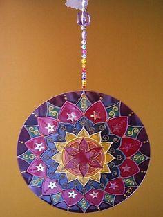 Mandala feita em vidro, com técnica de pintura vitral; Para pendurar em qualquer ambiente fio com contas de acrílico.