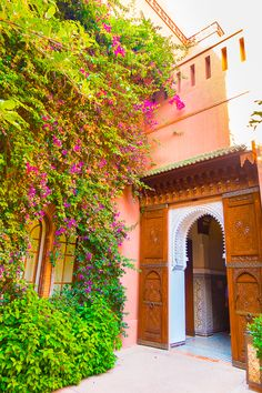 Where to stay in Marrakesh. Should you stay in the medina or outside? Heres a guide to the best area to stay in Marrakesh, Morocco. If you want to feel like a member of the royal family, you can stay in the hotel that King of Morocco built!! The Royal Mansour, Marrakesh, Morocco