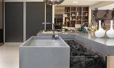 Silestone è composto per il 94% da quarzo naturale, un materiale dotato di straordinarie caratteristiche quali durezza e resistenza. È il primo e unico piano top in quarzo con protezione batteristaticha, capace di garantire un livello d'igiene unico sul mercato. È una superficie eccellente per top cucina, bagni, pavimenti e rivestimenti per pareti con un ridottissimo numero di giunti grazie ai suoi grandi formati.