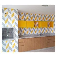 Lurca Azulejos | Azulejos Raiz Cinza e Raiz Amarelo no projeto @jucatucadesign | Raiz Gray & Raiz Yellow - Ceramic Tiles // Shop Online www.lurca.com.br #azulejos #azulejosdecorados #revestimento #arquitetura #reforma #decoração #interiores #decor #casa #sala #design #cerâmica #tiles #ceramictiles #architecture #interiors #homestyle #livingroom #wall #homedecor #lurca #lurcaazulejos