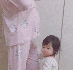 and baby ulzzang, Things I love und Baby Ulzzang, Mama Baby, Mom And Baby, Cute Asian Babies, Korean Babies, Cute Babies, Couple Ulzzang, Ulzzang Kids, Cute Family, Family Goals