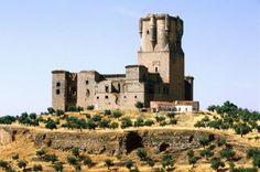 Una espectacular torre del homenaje (Belalcázar, Córdoba)  El castillo de Belalcázar, de los Sotomayor o de Gahete, está construido en estilo gótico e incluye una espectacular torre del Homenaje profusamente ornamentada y con más de 47 metros de altura (está considerada la más alta de España de este tipo). Su interior y la muralla se encuentran en ruinas.