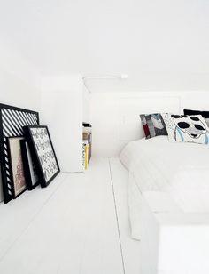 Suvi mahtuu istumaan sängyllä selkä suorana, vaikka parvi on matala. Tauluissa on lahjapaperia, Hollannista ostetut ristipisto-kuorotytöt ja kirjainprintti, joka oli lahja ystävältä. Suvin suunnittelema Fantti-yöpöytä mahtui parvella olevaan koloon, siellä säilytetään kirjoja. Sängylle on kerääntynyt Marimekon tyynyjä.