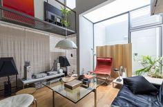 소형에서 가구가 잘 배치 된 코지 공간. 소파와 안락 의자, 스크린 덴마크의 폴 케아호루무 의해 설계되었습니다.