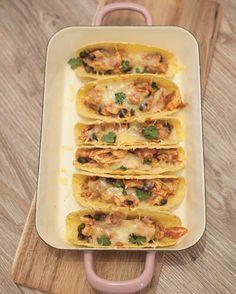 Deze taco's met kip zijn om je vingers bij op de likken. Niet moeilijk om te maken en in een half uur op tafel. Lekker met zure room en guacamole.