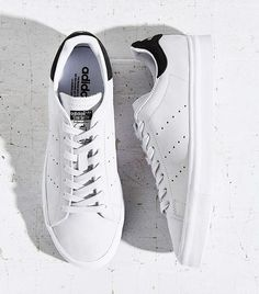 Adidas Originals Stan Smith Vulc Sneaker, White Shoe trees by Sole Trees ensure that the sneakers and shoes remain in the original shape and formation, despite the effects of age and gravity. Sneakers Outfit Men, New Sneakers, White Sneakers, Striped Shoes, White Shoes, Style Urban, Nike Outfits, Shoes Outlet, Adidas Shoes