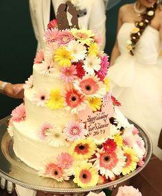 . #ウェディングケーキ . 当日はインパクト大な ケーキが出てきました 想像してた以上に お花盛り盛り . こだわりが強すぎて…