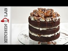 Chocolate caramel cake by Greek chef Akis Petretzikis. A scrumptious cake with chocolate and dulce de leche. It is beautifully decorated for children's parties! Dessert Party, Party Desserts, Chocolate Caramel Cake, Greek Sweets, Cake Online, Childrens Party, Greek Recipes, Tiramisu, Cupcakes