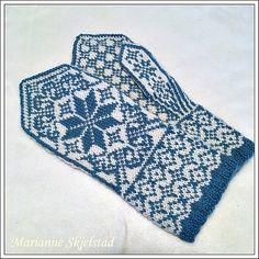 Votter i damestørrelse. Mønsteret har tydelige diagrammer, og forklarende tekst. Eksempel på herrevotter strikket etter samme diagram, med tykkere garn og pinner. Knit Mittens, Mitten Gloves, Knitted Hats, Hand Warmers, Knitting Projects, Ravelry, Outdoor Blanket, Wool, Pattern