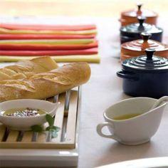 Sobre a tábua de corte (Suxxar), que evita farelos espalhados, o pão fica �... Dairy, Cheese, Bar Café, Food, Party Ideas, Decor, Delicious Recipes, Ideas, Olive Oil