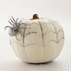 10 DIY Halloween Pumpkin Decorating Ideas Tis the season for treat-or-treating! Check out all these fun, creative DIY Halloween Pumpkin Decorating Ideas! Diy Halloween, Halloween Veranda, Theme Halloween, Holidays Halloween, Halloween Pumpkins, Happy Halloween, Halloween Decorations, Pretty Halloween, Classy Halloween