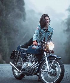 Trendy Bike And Babes Motorbikes Ideas Cafe Racer Style, Cafe Racer Girl, Motorbike Girl, Cafe Racer Motorcycle, Cafe Bike, Chopper Motorcycle, Lady Biker, Biker Girl, Carros Lamborghini