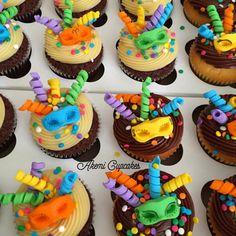 cupcakes de carnaval com confetes, serpentinas e máscara azul. Post achados do instagram: doces de carnaval: http://weshareideas.com.br/blog/achados-instagram-doce-carnaval/