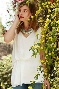 white shirt with white jewelry - the shirt is a simple tunic with a line of gathers (possibly elasticed? Hard to tell from the photos) Pretty Outfits, Cute Outfits, Work Outfits, Simple Tunic, Warm Weather Outfits, Classy And Fabulous, Dress Me Up, Passion For Fashion, Spring Summer Fashion