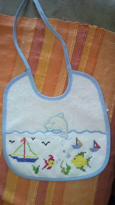 Ponto de x Tema o mar Tiny Cross Stitch, Simple Cross Stitch, Cross Stitch Designs, Kit Bebe, Baby Sewing, Hobbies And Crafts, Baby Bibs, Baby Quilts, Crochet Baby