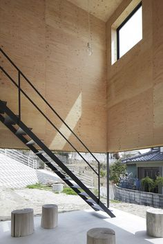 House in Miyake is a minimalist house located in Hiroshima, Japan, designed by Hidetaka Nakahara Architects + Yoshio Ohno Architects. The site is divided by a retaining wall caused by construction for the purpose of selling the land. Timber Architecture, Japanese Architecture, Architecture Details, Staircase Railings, Stairways, Tadelakt, Apartment Goals, Timber House, Architect House