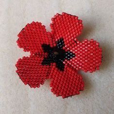 Et voilà, le coquelicot est terminé ! Modèle pris sur pinterest je rajoute la source dès que je la retrouve ! #miyukidelicas #miyuki #brickstitch #perlesaddictanonymes #perlesaddict #perles #jenfiledesperlesetjassume #jenfiledesperlesetjaimeca #coquelicot Bead Embroidery Jewelry, Beaded Embroidery, Beaded Flowers, Crochet Flowers, Beaded Necklace Patterns, Brick Stitch, Beading Tutorials, Bead Art, Bead Crafts