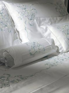 Cottimaryanne-Prestige #StunningBedlinenIdeas Linen Bedroom, Bedroom Decor, Bed And Beyond, Linens And More, Embroidered Pillowcases, Boho Home, Fine Linens, Bed Covers, Bed Spreads