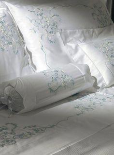 Cottimaryanne-Prestige #StunningBedlinenIdeas Linen Bedroom, Linen Bedding, Bedroom Decor, Bed And Beyond, Linens And More, Boho Home, Fine Linens, Bed Covers, Luxury Bedding