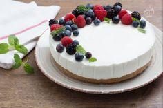 La torta fredda allo yogurt è una ricetta facile e gustosa, con una base di biscotto croccante e una morbida crema allo yogurt.