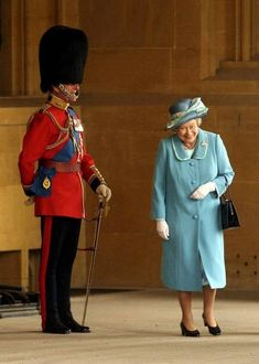 Queen Elizabeth II gets a fit of the giggles as she walks past her husband Prince Philip, the Duke of Edinburgh who is standing to attention in his uniform and bearskin hat at Buckingham Palace in (Photo by Anwar Hussein/Getty Images) I Smile, Make Me Smile, Prinz Philip, Die Queen, Queen Queen, Paris Match, Isabel Ii, Chris Young, Gary Oldman