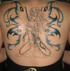 La plus guerrier fée couvre le dos de cette fille, avec des nuances de bleu pour les ailes.