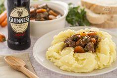 Lo spezzatino alla Guinness è una ricetta tipica irlandese. La carne stufata viene e poi insaporita dalla birra Guinness, la birra scura di Dublino.