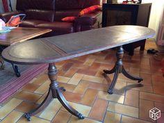 Table ancienne en bois avec des roulettes