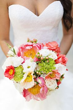 bright green and coral bouquet | #weddingbouquet