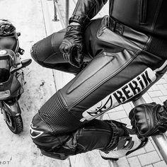 Tight clad #Berik #LeatherBiker🏍. Pic ©Bikershot. #さん