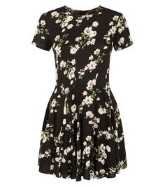 Opt for a dark, midnight palette where florals are concerned this season - taking an edgier approach to the trend. Complement with black chunky sandals.- Dip hem design- Rounded neckline- Simple short sleeves- All over daisy print- Casual fit- Dress length: 35