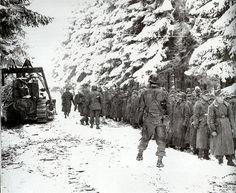 82e division aéroportée américaine assemblant des soldats allemands. Offensive des Ardennes