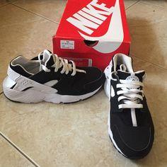 a8fe1474bd0f Black   White Nike Huaraches Black and White Nike Huaraches