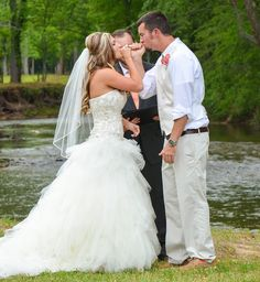#pinkypromise #wedding #weddingidea #insteadofunitycandle #kiss #bride #groom #pinkwedding #coralandpinkwedding #riverweddding #lakewedding #river #lakelanier #marblehill