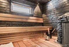 tummaksi petsattu sauna