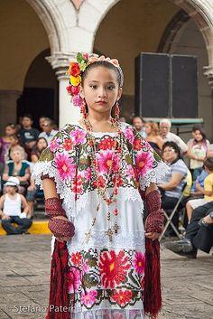 Niña con traje de Mérida, Yucatán