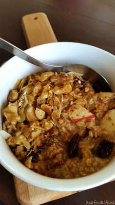 Powerontbijt van havermout en dadels, appels, noten, cranberries | It's a Food Life