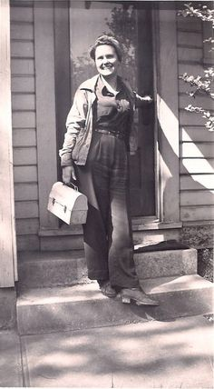 "Women in WWII - A factor worker, complete with classic metal lunchbox, about to head off for another day of helping ""bring our boys"" back. Love how upbeat and chipper she seems here. Vintage Pictures, Old Pictures, Old Photos, Retro Mode, Rosie The Riveter, Interesting History, 1940s Fashion, Working Woman, Women In History"