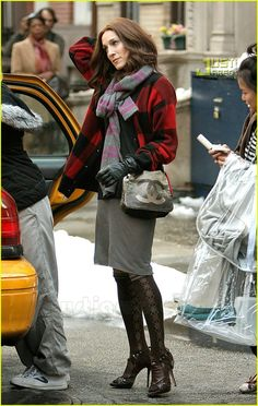 Sex and the City's Movie Fashion: Photo Here are the latest fashions Sarah Jessica Parker, aka Carrie Bradshaw, has been working on the set of the Sex & the City: The Movie while filming in NYC's… Carrie Bradshaw Outfits, Carrie Bradshaw Style, Sarah Jessica Parker, Carrie And Big, City Outfits, City Style, Love Her Style, Personal Branding, Winter Outfits