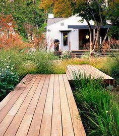 J'apprécie les allées en bois surélevées par rapport à la végétation autour. On a l'impression d'être sur un ponton traversant un bassin, alors qu'en fait, on enjambe un massif! Et vous, qu'en pensez-vous?