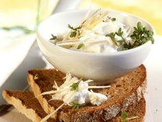 Kresse verleiht Brot mit Quark eine besondere Note. Brot mit Quark und Kresse - smarter - Zeit: 15 Min. | eatsmarter.de