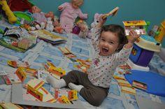 Tudo vira diversão e brinquedos, principalmente post its.