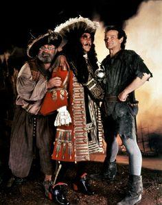 Smee, Capitán Garfio y Peter Pan / Bob Hoskins, Dustin Hoffman, Robin Williams / Hook / Steven Spielberg Hook Movie, Movie Tv, Julia Roberts, Movies Showing, Movies And Tv Shows, Bob Hoskins, Image Film, Childhood Movies, Captain Hook