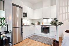 bucatarie alba cu frigider gri