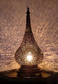 Artisanat marocain : Lampe ambiance, lampe chevet en laiton ajouré.